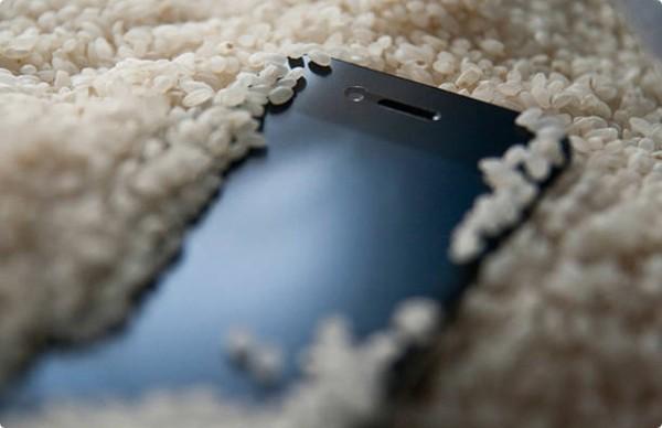 Сушить смартфон в рисе