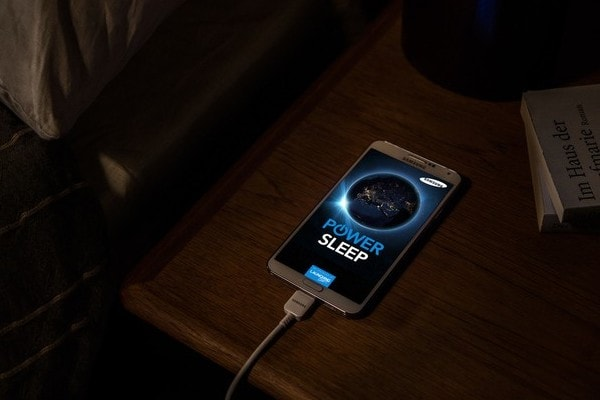 Зарядка смартфона ночью