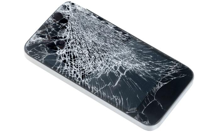 разбитое стекло смартфона