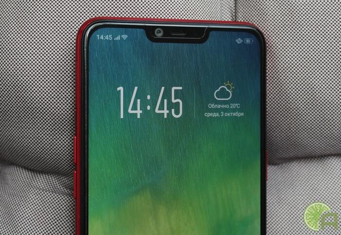 Смартфон с вырезом в экране