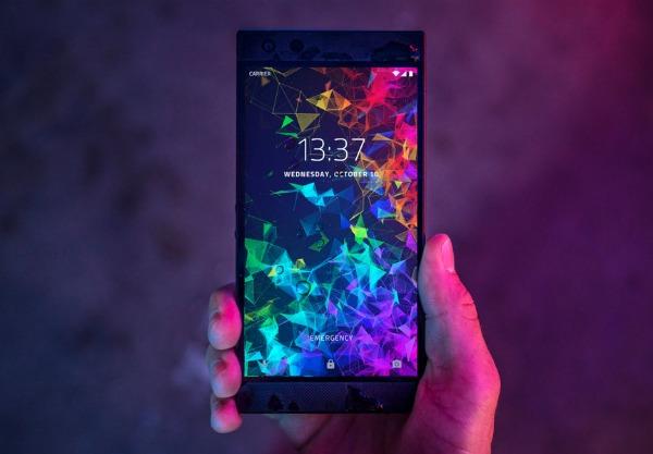 Razer Phone 2 в руке
