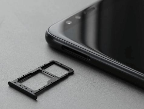 Комбинированный слот под SIM и карту памяти