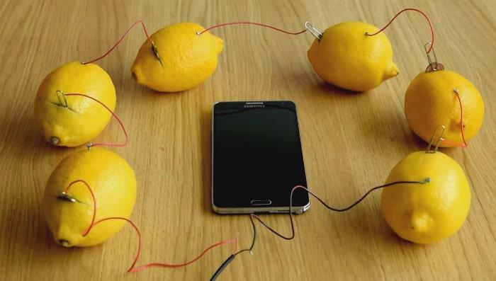 Как зарядить телефон от лимонов