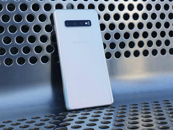 Samsung Galaxy S10 сзади