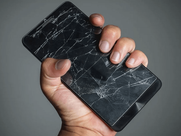 Телефон с разбитым экраном