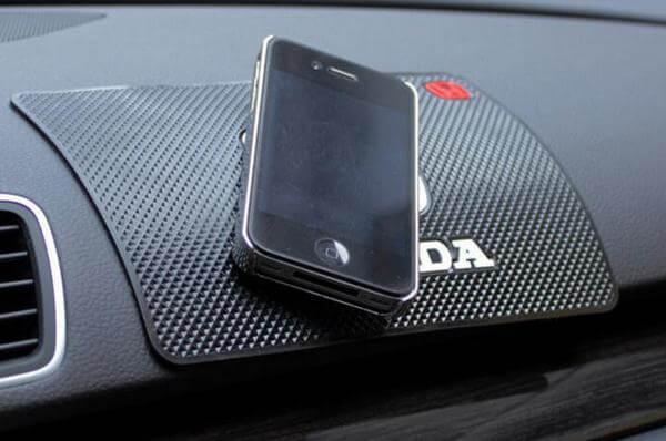Коврик для смартфона в машину